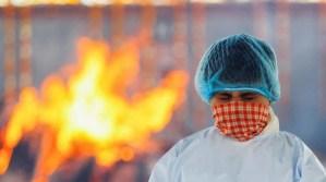 Persona con cubrebocas cerca de un fuego