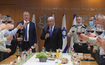 Benjamín Netanyahu en un brindis con funcionarios de seguridad de Israel