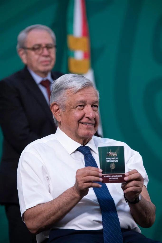 Andrés Manuel López Obrador mostrando su cartilla de vacunación luego de haber sido inmunizado