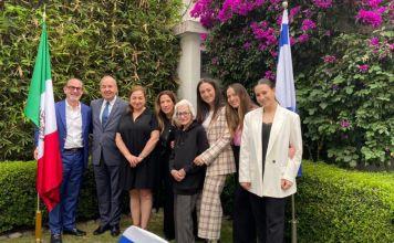 El embajador de Israel en México Zvi Tal recibió en su residencia a Gabriela Sztrigler Lew la joven judía mexicana, voluntaria de CADENA
