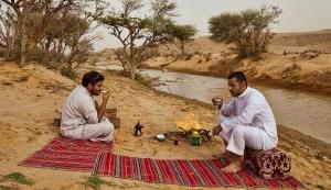 amigos árabes en el desierto