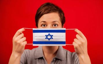 Mujer joven con un cubrebocas estampado con la bandera de Israel