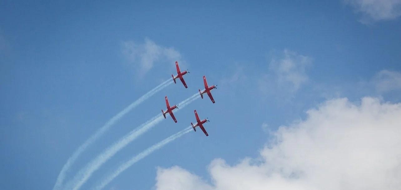 Aeronaves sobrevolando el cielo