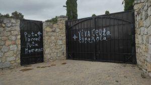 """En España, también hubieron pintas antisemitas en la puerta del cementerio judío de Hoyo de Manzanares, se escribió """"maldito rey Israel"""""""