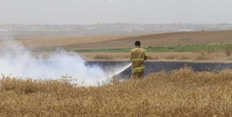 Bombero sofocando un incendio en Israel