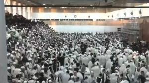 Momento del colapso de una grada en sinagoga ultraortodoxa