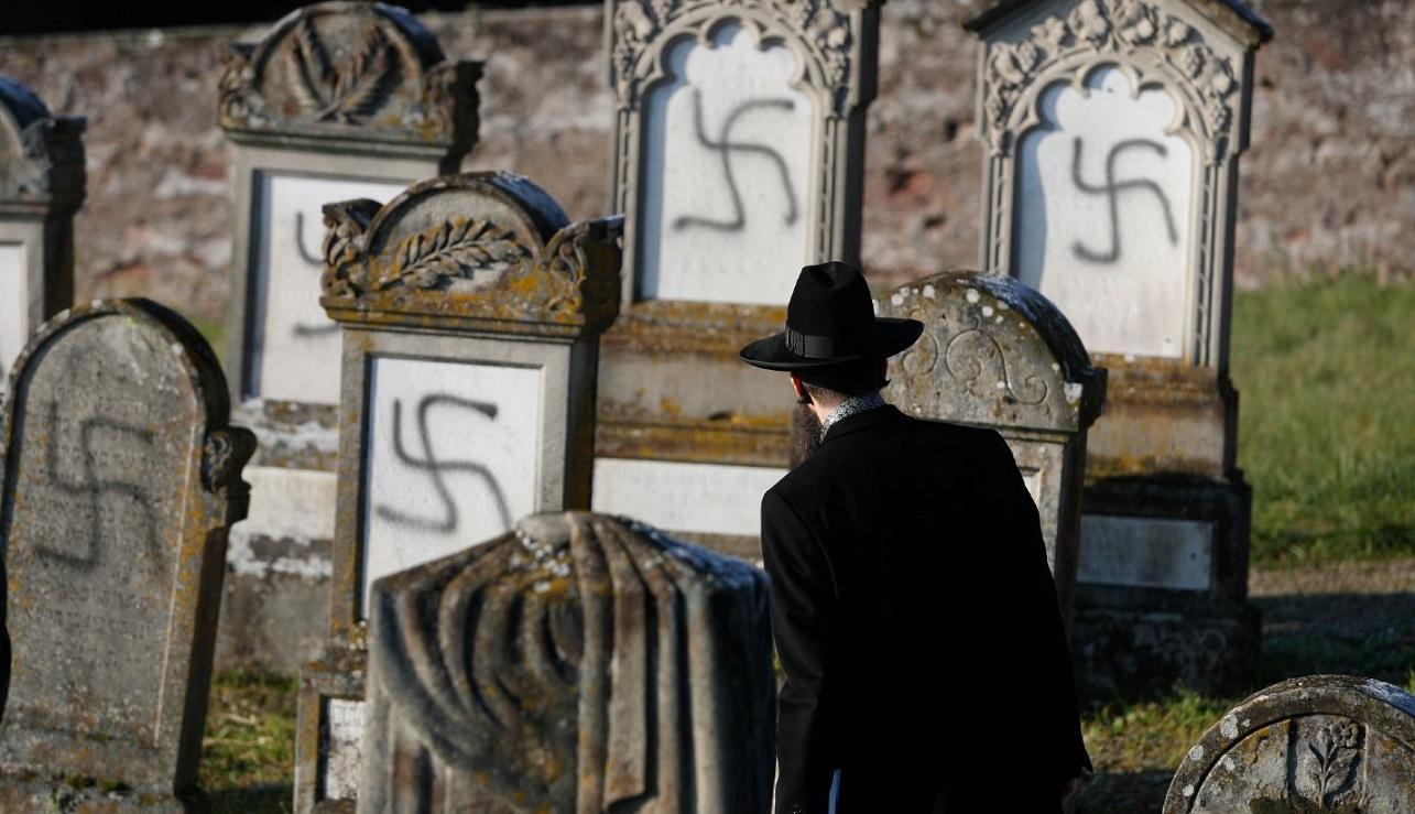 Judío en un cementerio judío vandalizado