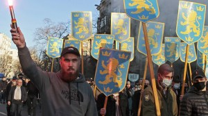 Cientos de ucranianos asistieron a marchas celebrando a los soldados de las SS nazis, este es el primer evento de este tipo en Kiev, Ucrania.