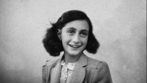 Cuando Hitler subió al poder, la familia Frank emigró a Holanda, 2 años después inició la deportación de judíos hacia campos de exterminio