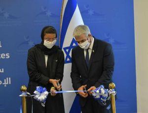 El ministro de Exteriores de Israel, Yair Lapid y la ministra emiratí de Cultura y Juventud, Noura Al Kaabi inauguran la embajada israelí en Abu Dabi