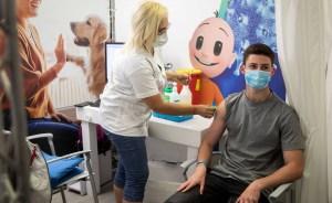 Joven vacunado contra COVID-19 en Israel