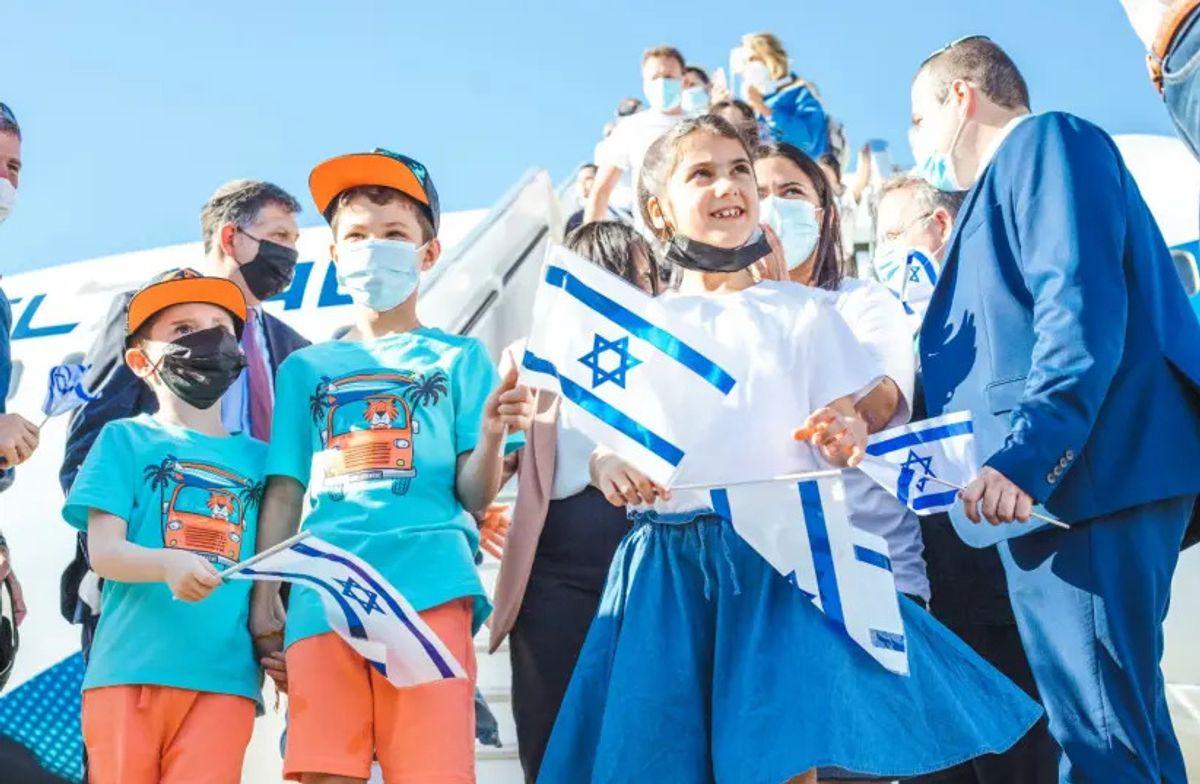 160 judíos franceses que hacen aliá llegó a Israel en un vuelo organizado por la Agencia Judía para Israel y el Ministerio de Aliá e Integración
