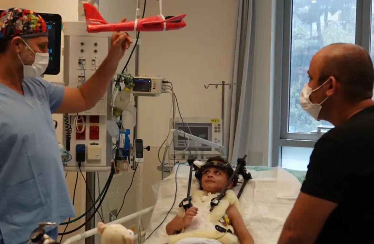 El Centro Médico Shaare Zedek realizó una compleja cirugía de columna para salvar la vida de un niño de 4 años atropellado por un automóvil
