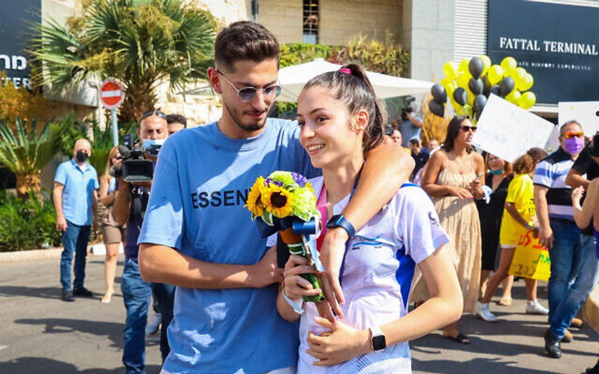 La atleta de taekwondo Avishag Semberg, regresó a Israel para recibir una bienvenida de héroe en el aeropuerto Ben Gurion