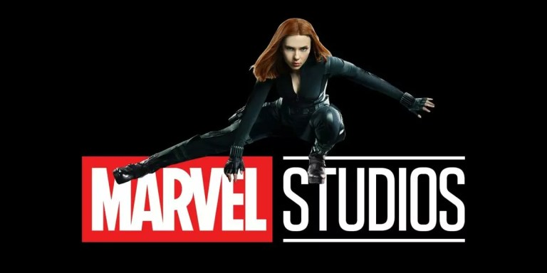 Scarlett Johansson frente a las letras Marvel Studio