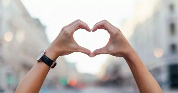 Tu B'Av, manos haciendo corazón