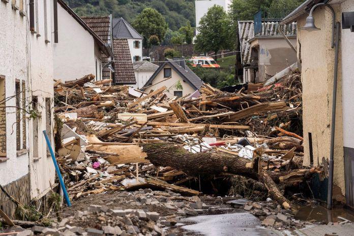 Escombros en una calle después de una inundación en Schuld cerca de Bad Neuenahr, en el oeste de Alemania, el 15 de julio de 2021.