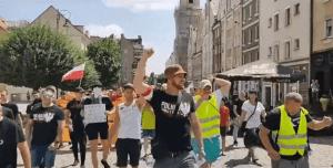 Una protesta contra vacunas que tuvo lugar en Glogow, Polonia, culpó a los judíos de ser responsables del inicio de la pandemia de COVID-19 en curso