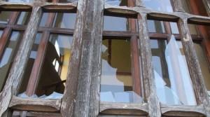 Adolescentes que lanzaban piedras rompieron varias ventanas de un edificio de una sinagoga del siglo XIX en Rumania