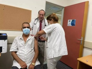 Aplican en Israel tercera dosis de la vacuna contra COVID-19 ante aumento de casos graves