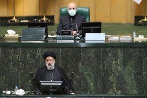 El presidente de Irán, Ebrahim Raisi, aseguró que priorizará atención al COVID y acelerar la vacunación, mientras defendía su gabinete ante el parlamento