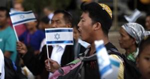 Judíos Bnei Menashé con banderas de Israel
