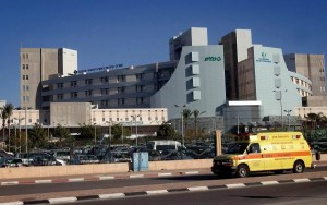 Un soldado de las FDI en entrenamiento básico colapsó durante una carrera en su base en el sur de Israel y fue trasladado a un hospital cercano en estado crítico