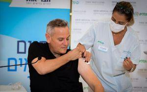 El ministro de Salud de Israel, Nitzan Horowitz, informó que los niños serán vacunados contra COVID-19 en las escuelas al comienzo del año académico