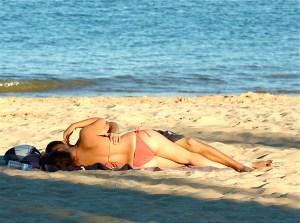 Investigadores israelíes documentando el proceso complejo que ocurre cuando el sol toca la piel y aumenta el deseo sexual