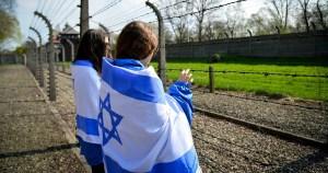 Dos mujeres con banderas de Israel en Polonia