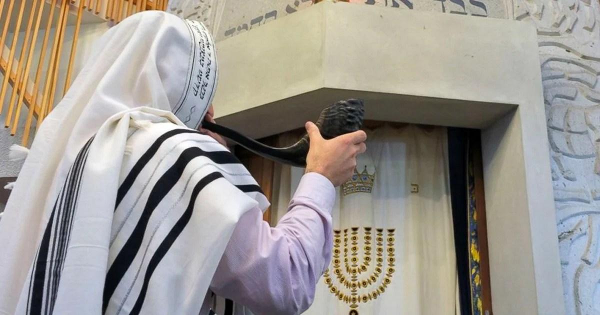 Un judío ortodoxo toca el Shofar en Yom Kipur