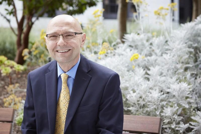 Dan Theodorescu, director del Centro Médico Cedar's Sinai, en los jardines del Centro