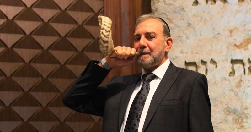 el rabino tobal toca el shofar en las festividades judías