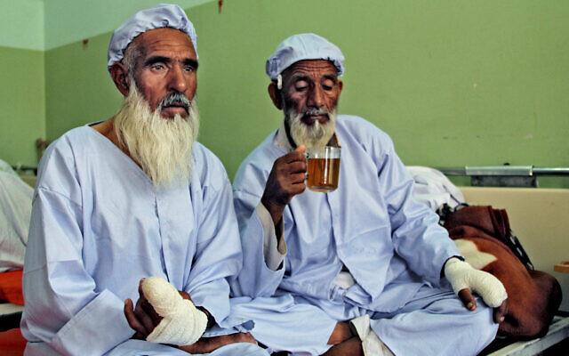 hombres afganos a quienes el régimen Taliban les cortó los dedos