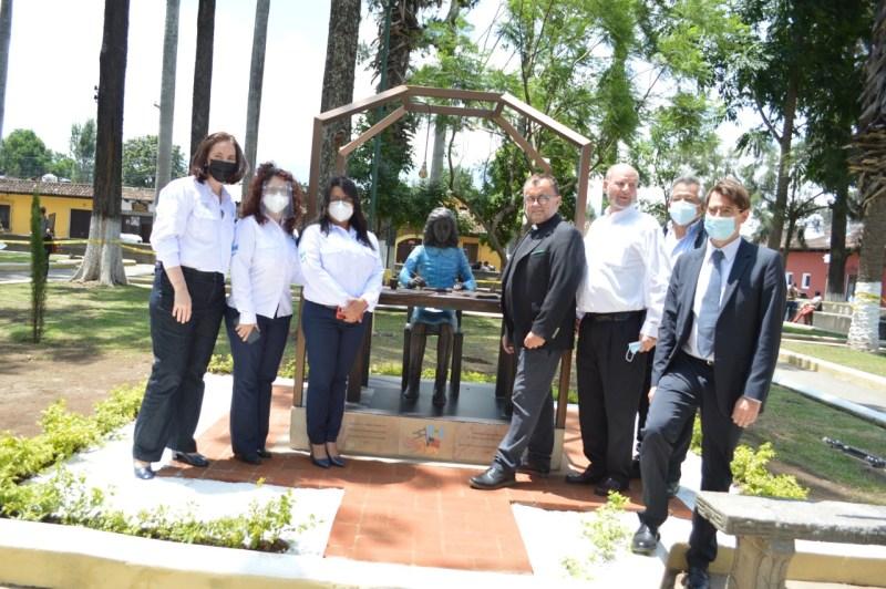 Inauguran estatua de Ana Frank en la ciudad de Antigua en Guatemala