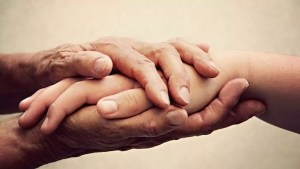 El mandamiento de 'amar al prójimo como a uno mismo' nos pide 'alabar a los demás'. Porque ver lo bueno que tienen los demás es una Mitzvá positiva