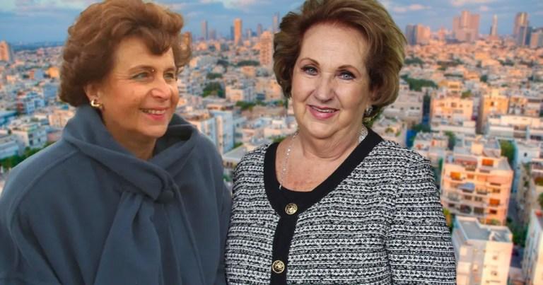 Jovita Cojab y Aura Herzog con el fondo de Israel