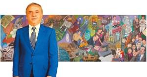 """Benjamín Assa Z""""L con fondo del mural dedicado a su memoria"""