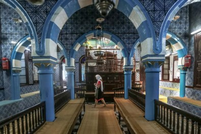 Sinagoga Ghriba mujer caminando