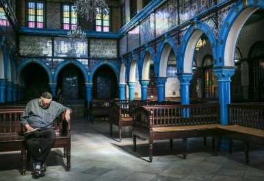 Sinagoga Ghriba hombre sentado