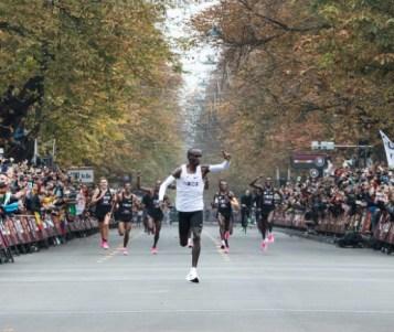 Eliud Kipchoge hace historia, corre maratón en menos de dos horas