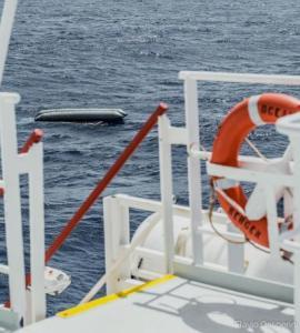 Un bateau pneumatique a chaviré avec au moins 130 migrants à bord, au large des côtes libyennes, le 22 avril 2021. FLAVIO GASPERINI/SOS MEDITERRANE / VIA REUTERS