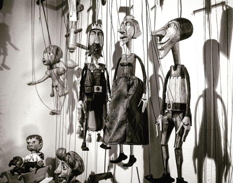 Marionetas colgando del techo en Marina