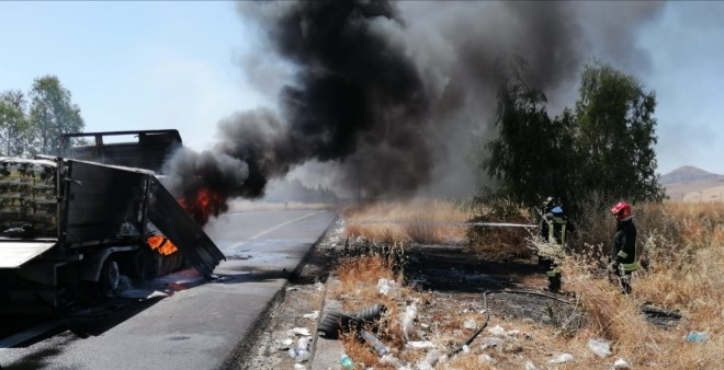 Intervento dei Vigili del Fuoco del Comando Provinciale di Enna per incendio autotreno
