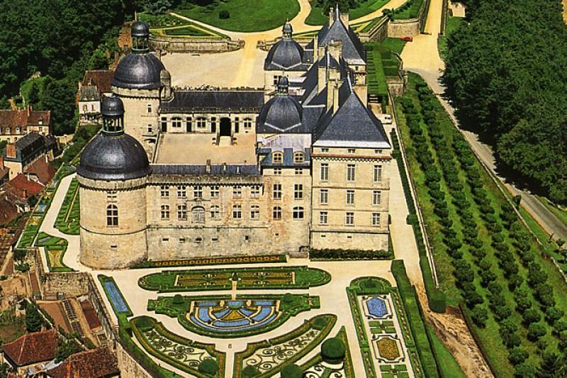 holidays-dordogne-france-Chateau-de-Hautefort-garden