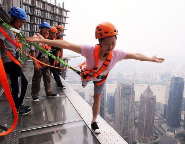 shanghai-skyscraper-lets-visitors-walk-on-the-edge-without-handrails-5