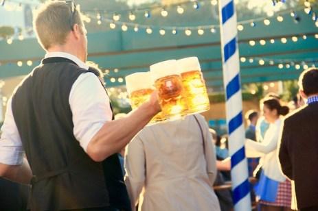 40. Bier auf dem Oktoberfest trinken