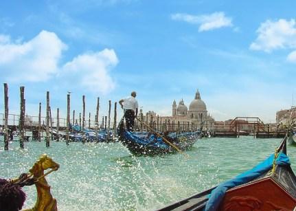 30. In einer Gondel durch Venedig fahren