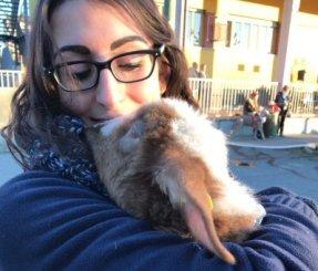 volontaria Lisa con agnello Luca-NS-0003