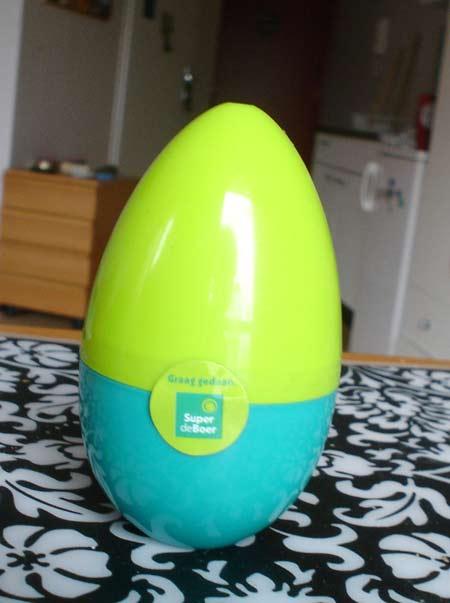 Un huevo de plástico… con un huevo de misterio.